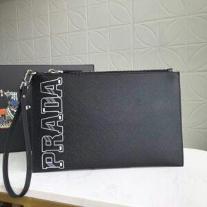 Clutch Prada cầm tay họa tiết chữ trắng CLP13