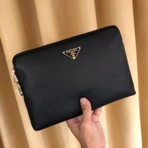 Clutch Prada cầm tay họa tiết logo tam giác vàng CLP17