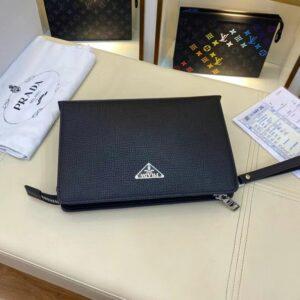 Clutch Prada nam họa tiết da nhăn màu đen CLP10