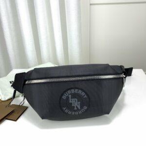 Túi đeo ngang Burberry họa tiết in chữ TDB19